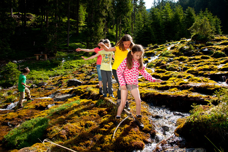 Kinder spielen am Fluss in Rauris